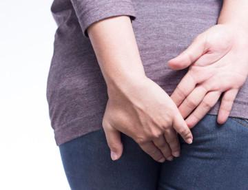 donna-mani-sedere-prova-dolore-causa-emorroidi